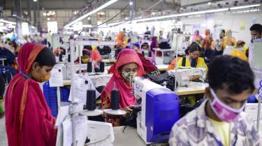 Hvis vi danskere skal udvise ægte global klimaansvarlighed, skal vi også gøre noget ved de store udledninger uden for Danmarks grænser, som vi via vores levevis er årsag til, skriver Jørgen Steen Nielsen i denne leder. Her ses fabriksarbejdere i Bangladesh.