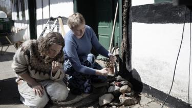Ceremonier af forskellig art er en vigtig del af livet for Camilla Varming Nielsen og Martha Marie Jensen. Det kan være en måde at opnå jordforbindelse på eller at markere en intention eller et ønske. Her ofrer de ved husalteret og gør på den måde noget ud af deres taknemmelighed for deres hjem.