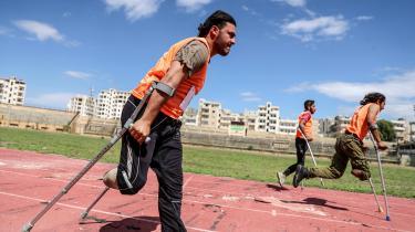 En løbekonkurrence på et stadion i Idlib, Syrien.