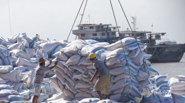 Arbejdere tager imod soyabønner i Nantong i Kina.