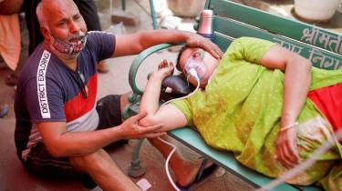 En tragedie udfolder sig i Indien, hvor hospitalerne mangler plads og ilt til den enorme strøm af coronapatienter. Imens begynder hjælpen fra det internationale samfund at ankomme.