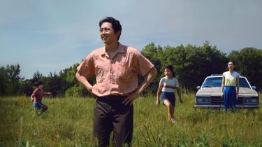 Jacob (Steven Yeun) og hans familie har forladt Sydkorea for at blive landmænd i Arkansas i Lee Isaac Chungs selvbiografiske 'Minari'.