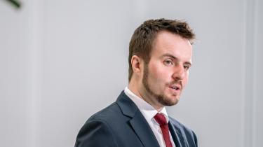 Erhvervsminister Simon Kollerup bliver kritiseret for at blande sig i, hvor meget bankerne må tjene.