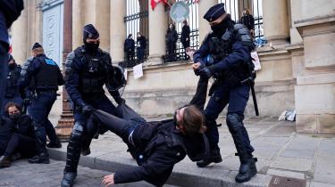 Aktivister fra Extinction Rebellion protesterede tirsdag foran den franske nationalforsamling, da den vedtog den franske præsident Emmanuel Macrons forslag til en klimalov.