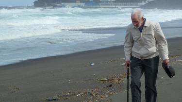 Kurt Ockelmann på ferie på Azorerne som 86-årig. Han var beklemt over, hvor lidt liv der var på stranden.