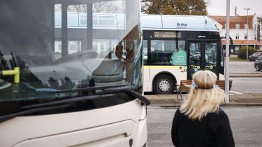 »Er du klar over hvor mange penge, I kunne spare, hvis din kone dropper bilen og begynder at tage toget?« spørger Nordjyllands Trafikselskab i en ny reklame. Billedet er fra en station i det Nordjyske.