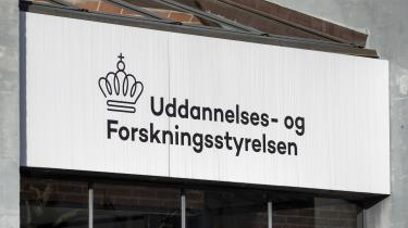 Det er ikke Uddannelses- og Forskningsstyrelsens fortjeneste som tilsynsmyndighed, at Aarhus Universitet er blevet afsløret i bevidst at tilbageholde aktindsigter i strid med loven og efterfølgende dække over det ved at give en falsk forklaring, siger jurist og offentlighedsrådgiver Oluf Jørgensen. Han mener, at sagen er udtryk for et mere grundlæggende problem, nemlig at tilsynsmyndigheder stoler for meget på de oplysninger, som de modtager fra dem, de skal kontrollere.