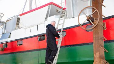 Thomas Hansen er ved at give sin trawler et sidste tjek inden den overgår til nye ejere. Myndighedernes kontrol blev for meget, fortæller han, så han har givet op.