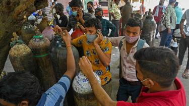 En tragedie udfolder sig i Indien, hvor hospitalerne mangler plads og ilt til den enorme strøm af coronapatienter.