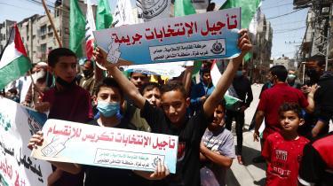 Den 30. april 2021, Gaza. Tilhængere af Hamas-styret deltager i demonstrationer mod den palæstinensiske præsident Mahmud Abbas' beslutning om at udskyde valg til den lovgivende forsamling og præsidentposten, som skulle have været afholdt den 22. maj og 31. juli. Det seneste valg i Palæstina blev afholdt i 2006.