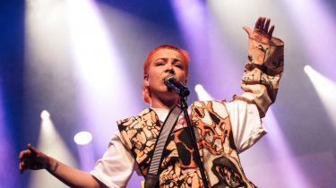 Sammen med Angående Mig står hele den danske rocktradition i lys lue, skriver Sophia Handler.