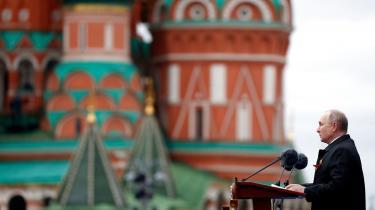 Moskva virker måske utilbøjelig til at ændre på sin politik, men hvordan denne politik ville have udviklet sig i et fravær af sanktioner, kan vi ikke vide. Hvad tænker man i kredsen omkring Putin? Hvor ubehageligt er det ikke længere at kunne shoppe i London og at måtte undvære yachten på Rivieraen, skriver Richard Swartz i international kommentar.