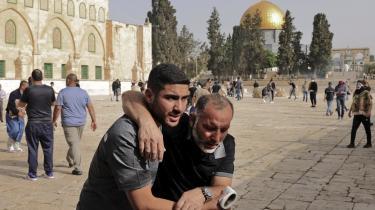 Hverken Israels premierminister, Benjamin Netanyahu, eller selvstyrepræsident Abbas har interesse i en ny intifada. Her hjælper en demonstrant en tilskadekommen efter sammenstød med israelske sikkerhedsstyrker.
