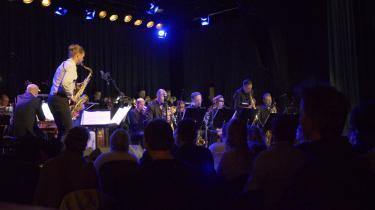 Det lykkedes den alternative jazzgruppe Girls in Airports at få klemt et helt jysk bigband op på scenen på Hotel Cecil fredag aften.