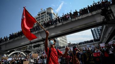 Selv hvis en hel nation er parat til at stå op i trods mod deres plageånder, så kan militæret være villige til at myrde hver eneste en. Det er, hvad Myanmars befolkning står over for lige nu, siger ekspert.