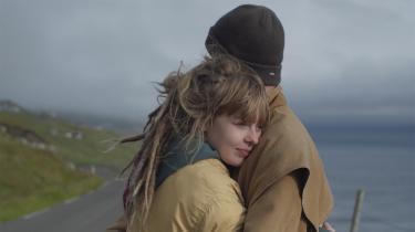 Dania og kæresten Trygvi må kæmpe for kærligheden og fremtiden i dokumentarfilmen 'Skål'.