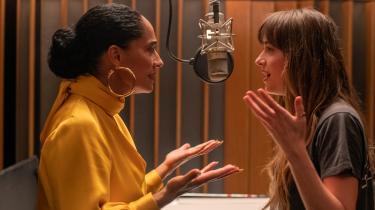 DakotaJohnson (th.) spiller Maggie, der drømmer om at blive musikproducer, mens hun arbejder som assistent for sit store idol, Grace Davis (Tracee Ellis Ross) i Nisha Ganatras 'The High Note'. Foto: UIP