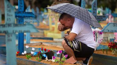 Brasilien er nu det land, som næstefter USA har haft flest COVID-19-dødsfald – over 400.000 – og tredjeflest smittetilfælde. Her sørger en mand på Nossa Senhora Aparecida-kirkegården i Manaus, hvor den særlige brasilianske P1-variant menes at være opstået.