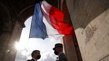 Pensionerede franske generaler og anonyme militærfolk har åbent advaret den franske præsident Emmanuel Macron (til venstre) om, at landet står på forstadiet til borgerkrig mod islamister. Det er en tyndt camoufleret trussel om militærkup, men forsvarschef François Lecointre (til højre) har forsikret om militærets loyalitet over for forfatningen.