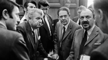 Mundlamme socialdemokratiske ministre konstaterer, at den første Anker Jørgensen-regering er væltet ved en afstemning i 1973. Valget samme år forandrede det politiske system for altid.