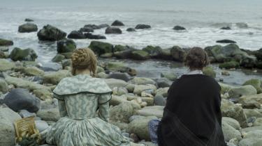 To kvinder mødes, og sød musik opstår i Francis Lees 'Ammonite', der foregår i 1840'ernes victorianske England, hvor kærlighed mellem mennesker af samme køn ikke ligefrem var velanset.
