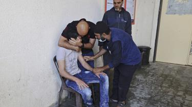 Palæstinensere sørger foran et hospital i det nordlige Gaza. Efterhånden som dødstallet stiger, kan presset på USA blive umuligt at ignorere for Joe Biden.