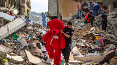 Mænd fra det palæstinensiske civilforsvar leder efter mennesker i ruinerne efter et israelsk luftangreb i Gaza By den 16. maj 2021.