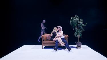 Langsomt, men sikkert, udviskes grænserne mellem kæresteparret Sissel og Johan og den gris, de holder skjult i Kød på Aalborg Teater.