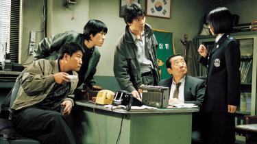 Bong Joon-hos 'Memories of Murder' rammer en umulig balance mellem thriller, tragedie, melodrama og komedie, mens den fortæller om politiets jagt på en seriemorder.