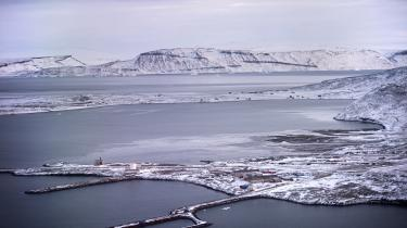 Rusland har igennem længere tid oprustet militært i den arktiske region. Og Kina, der geografisk ikke har meget at gøre med eller i Arktis, forsøger ligeledes at presse sig ind i regionen. Det har fået USA til at vågne op.
