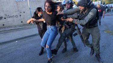 Israelske sikkerhedsstyrker har fat i en palæstinensisk kvinde i kvarteret Sheikh Jarrah i det østlige Jerusalem.