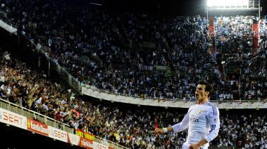 Den figur, Gareth Bale tegner hen over banen, kan forklares rationelt, men den påkalder sig også mysteriet og det længselsfulde.