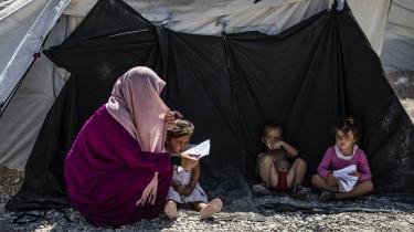 Taskforcen vurderer, at de danske børn i Syrien bør evakueres ud fra en sundhedsfaglig betragtning, og at det bør ske sammen med deres mødre og søskende. Her ses en kvinde og børn i al-Roj-lejren.