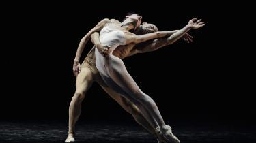 Skønhed og sårbarheden strålede over den gudeflotte Jonathan Chmelensky, der dansede hovedfiguren i Neumeiers ballet 'Mahlers 3. symfoni' på Operaen.