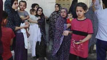 Palæstinensiske kvinder og børn overværer de israelske angreb i Gaza.