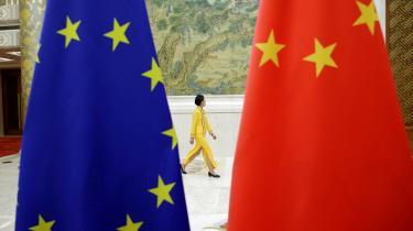 Torsdag vedtog et overvældende flertal i Europa-Parlamentet en tekst, hvori det hedder, at parlamentet »kræver«, at Kina ophæver de »ubegrundede og vilkårlige« sanktioner mod blandt andet EU-parlamentarikere. 599 medlemmer stemte for beslutningen, mens blot 30 var imod.