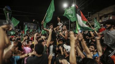 Våbenhvilen mellem Hamas og Israels regering blev fejret af palæstinenserne i gaderne i Gaza. Våbenhvilen indtræf efter 11 dages våbnet konflikt, der har kostet mange menneskeliv. 230 palæstinensere, hvoraf halvdelen menes at være civile og 71 er børn, og 12 israelere, heraf tre børn, er blevet dræbt.