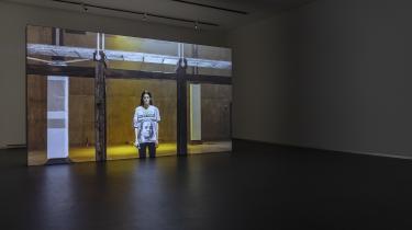 I Anne Imhofs værker går de samme billeder, tøj og populærkulturelle referencer igen og igen. Og i pressens skriverier om dem cirkulerer de samme referencer: Temaerne er dominans, overflader og coolness.