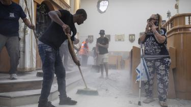 Kritikere af Israel stemples let som 'antizionistiske', en underkategori under antisemitisme, skriver dagens kronikør. På fotoet ryddes der op i en synagoge i Ashkelon, Israel, efter et missilangreb fra Gaza den 16. maj.