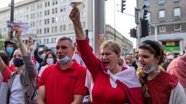 I en række lande er belarussere gået på gaden i protest over anholdelsen af Roman Protasevitj. Her er det i Waszawa i Polen, hvorfra Protasevitj har arbejdet.
