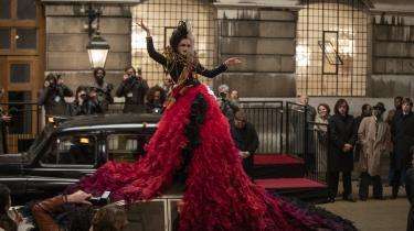 Der er et nyt modeikon i byen, Cruella de Vil (Emma Stone), i Craig Gillespies underholdende 'Cruella'.
