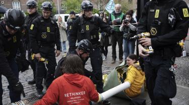 Fire aktivister fra klimabevægelsen Extinction Rebellion havde tirsdag lænket sig sammen med armene inde i et metalrør og en udhulet træstamme for at blokere Industriens Hus i København.