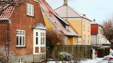 Man kan indvende, at boligmarkedet ligner ethvert andet marked, hvor øget efterspørgsel skaber øget udbud til gavn for alle. Forskellen i forhold til markedet for sko eller bøger er dog tydelig: Øges efterspørgslen på sko, vil prisen stige, men herefter kan produktionen sættes i vejret, hvorefter prisen falder igen. Helt anderledes forholder det sig med boligmarkedet, idet udbuddet af boliger i attraktive områder i eksempelvis København ligger nogenlunde fast, hvorfor prisen kun kan gå opad, skriver Niels Boel i dette debatindlæg.