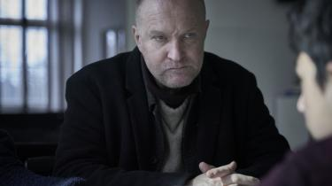 En skeptisk Carl Mørck (Ulrich Thomsen) forsøger at lokke romadrengen Marco til at tale i Martin Zandvliets 'Marco effekten'.