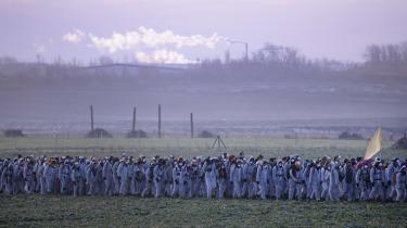 Når tyskerne finder ud af, hvor meget af deres velfærd, de skal ofre for at opfylde målene i Parisaftalen, vil vilje til grøn omstilling fordufte, mener den tyske omstillingstænker og sociolog Harald Welzer. På billedet ses klimaaktivister uden for et kulkraftværk i Lippendorf nær Leipzig.