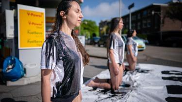 Klimaaktivister demonstrerer ved en Shell-tank i Haag i Holland. Distriktsdomstolen i Haag dømte onsdag eftermiddag oliegiganten Shell til at reducere sine udledninger med 45 procent inden 2030, sammenlignet med 2019-udledningerne.