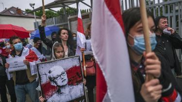 Demonstranter er på gaden foran den belarussiske ambassade i protest mod fængslingen af den den 26-årige politiske aktivist Roman Protasevitj og hans kæreste, efter at et Ryanair-fly forleden blev kapret af belarussiske militærfly.