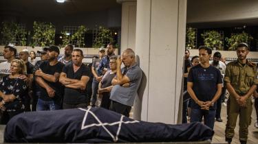 Familiemedlemmer sørger over Leah Yom-Tov, som blev dræbt af en raket affyret af Hamas fra Gaza ind i Israel.