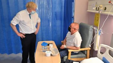 Den britiske premierminister Boris Johnson besøgte torsdag COVID-19-patienter på et hospital i Colchester. Samtidig indledte han en verbal modoffensiv i mod Dominic Cummings, hvis vidneudsagn Boris Johnson siger er »uden forbindelse til virkeligheden.«