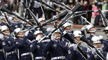 En militærparade i Taipei på Taiwans nationaldag – årsdagen for opstanden mod det kinesiske Qing-dynasti. Et kinesisk angreb mod Taiwan kan alligevel fremprovokere krig med USA.